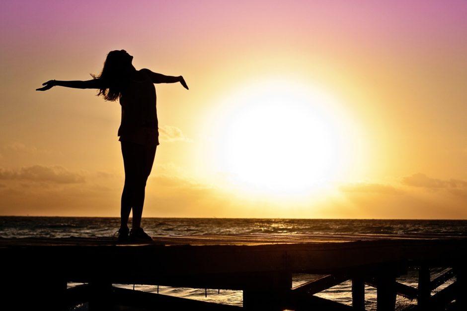 夕陽の女性